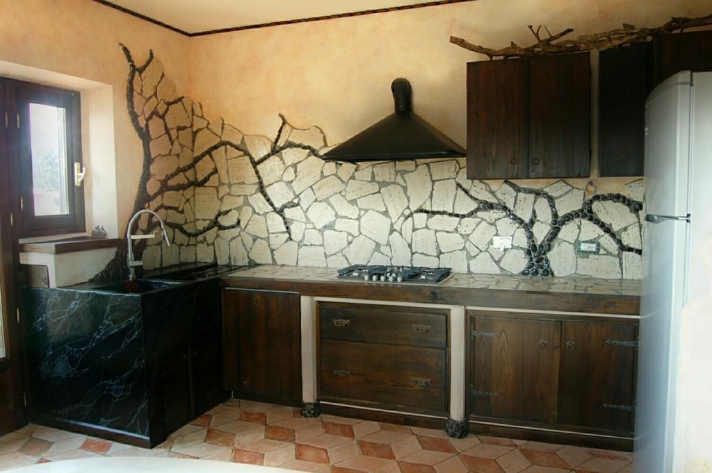Angolo cucina-lavandino finto marmo-rivestimenti